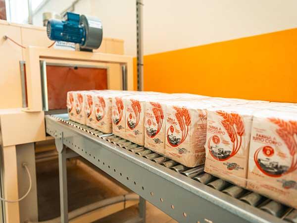 Confezionamento-di-farina-in-pacchi-da-25-e-50-kg-bologna