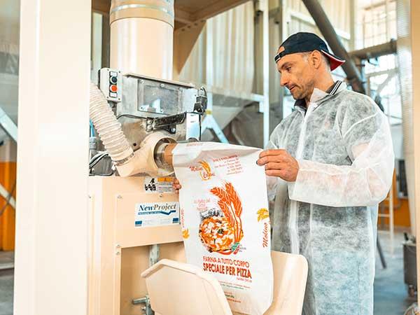 Produzione-di-farina-in-confezioni-da-10-kg